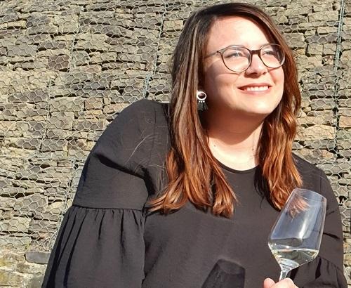 Theresa draußen mit Weinglas