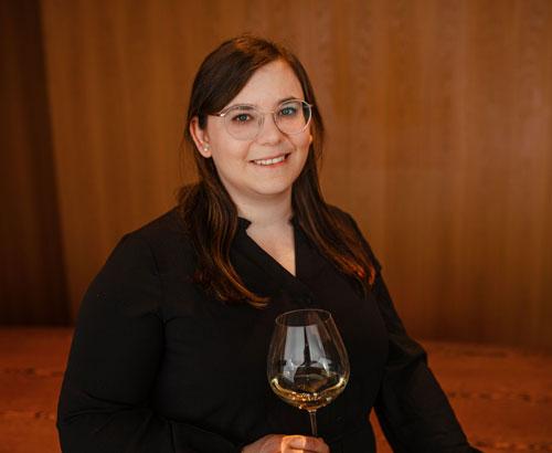 Theresa mit Weinglas
